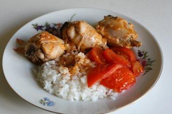 подать курицу с рисом, жаренными помидорами
