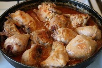добавить обжаренный лук к курице, залить соусом и тушить 15-20 минут