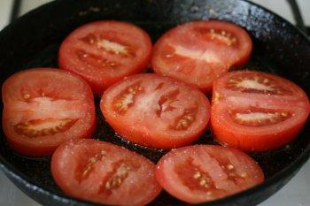 посолить помидоры и обжарить с обеих сторон