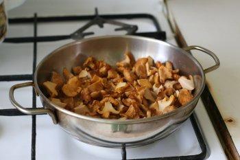 положить на разогретую сковороду с маслом