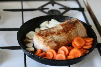 в сковороду, где жарилось мясо,  положить лук и морковь, отправить в духовку