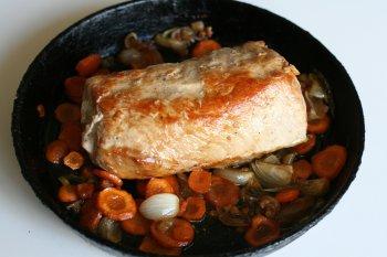 мясо периодически поливать соком от мяса, жарить до готовности