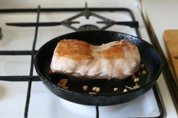 обжарить мясо со всех сторон до румяной корочки