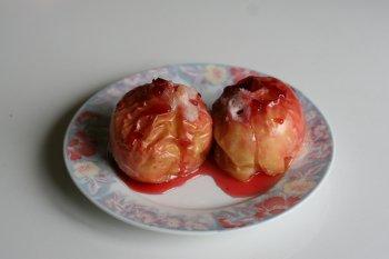 полить яблоки клюквенным сиропом