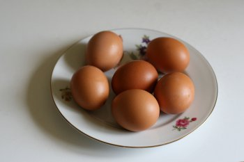 яйца приготовить, вымыть