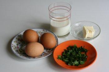для яичной кашки понадобятся: яйца, молоко, сливочное масло, помидоры, зелень