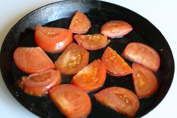 помидоры обжарить с обеих сторон