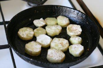 положить кружки баклажанов на сковороду с жиром
