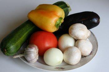для рагу подготовить все овощи, помыть их и почистить