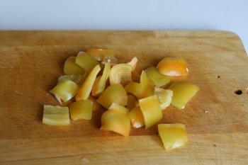 сладкий перец нарезать крупными квадратами