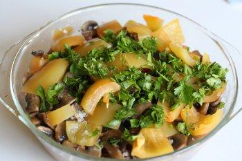 слоенное рагу посыпать зеленью и поставить в духовку на 30 минут, тушить при закрытой крышке, после тушения отделить от овощей часть сока, в который добавить соль и толченый чеснок; влить этот сок обратно в овощи и перемешать