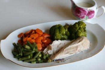 подать курицу с отваренной капустой, хорошо подходит цветная или брокколи, зеленой стручковой фасолью и морковью