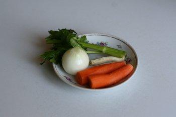 морковь, лук, корень петрушки и сельдерей опустить в бульон