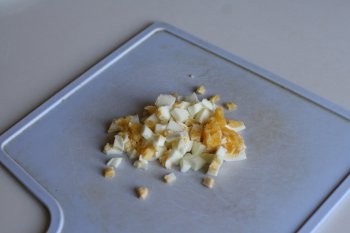 сварить яйцо вкрутую и нарубить