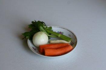в бульон положить коренья для улучшения вкуса борща, слегка посолить