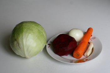 приготовить все овощи: почистить морковь, лук, картофель, свеклу и капусту