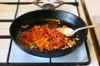 к ним добавить томат-пасту