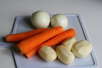 подготовить овощи: почистить лук, морковь, картофель