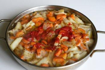 в блюдо добавить томат-пасту, тушить до готовности под закрытой крышкой
