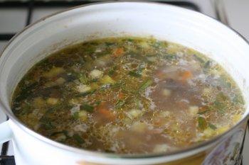 положить в кипящую воду или мясной бульон все подготовленные овощи и варить 15-20 минут