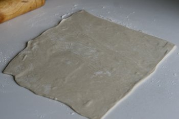 слоеное тесто раскатать в пласт толщиной 5-6 мм