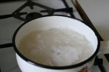 в кипящую подсоленную воду опустить рис