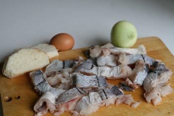 рыбу почистить, удалить кости, приготовить репчатый лук, хлеб, яйцо