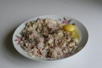 добавить яйцо, соль, перец и хорошо вымесить фарш