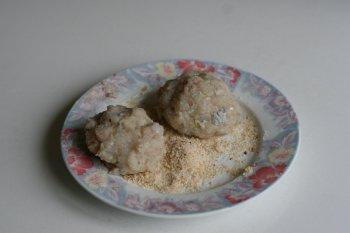 разделать биточки (по 2 на порцию), запанировать их в сухарях