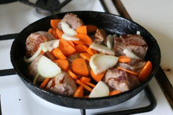 мясо обжарить на говяжьем топленом сале вместе с овощами