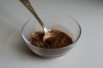 добавить в молоко какао порошок и размешать