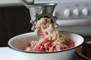 также прокрутить лук через мясорубку