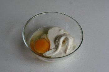 сверху обмазать яйцом, смешанным со сметаной