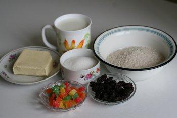 для пудинга понадобятся рис, молоко, сахар, сливочное масло, цукаты, изюм