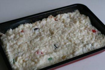на противень выложить рисовую массу и разровнять