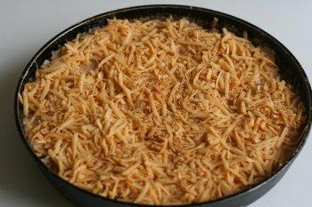 засыпать фасоль сыром с сухарями, сбрызнуть маслом и отправить в духовку