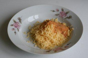 натереть сыр, добавить к сыру панировочные сухари