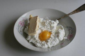 творог смешать со сливочным маслом, яичным желтком, можно желток отдельно растереть с сахаром