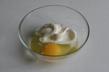 смешать яйцо и сметану для смазки