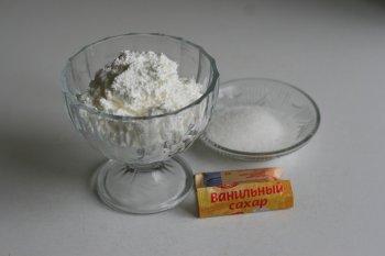 протертый творог смешать с сахаром, сметаной, ванилином, массу хорошо перемешать и посолить