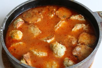 сложить в соус тефтели, добавить растертый чеснок и тушить 10-15 минут на слабом огне