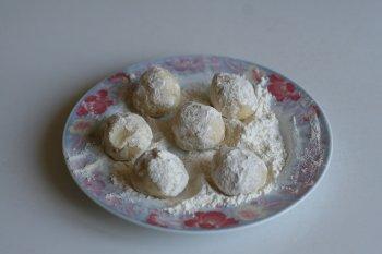 делать из картофельной массы небольшие шарики и обваливать их сначала в муке