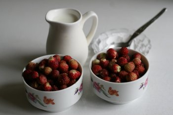 1918. Ягоды свежие с молоком, сливками или сметаной