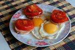 402. Яичница с ветчиной и свежими помидорами